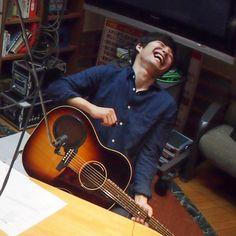"""aki on Twitter: """"何を話してたんだろう。 何が楽しかったんだろう。 この笑顔、大好き♡ 源くんが、ずっとこの笑顔でいられるといいな。 #星野源… """" Music Instruments, Guitar, Singer, Smile, Twitter, Musical Instruments, Singers, Guitars, Laughing"""
