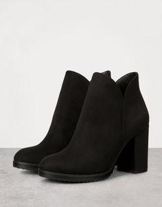 ff991bb6b89e Zipped Ankle Block Heel Boots from Bershka £25