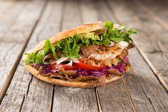 Kebab à la française - The best street food in Paris Donner Kebab, Chicken Doner, Turkish Doner, Kebab Recipes, Fast Food, Best Street Food, Cooking Recipes, Healthy Recipes, Shawarma