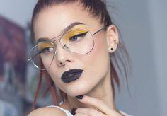 Chica con maquillaje amarillo y labios color negro