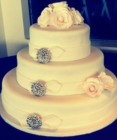Broach wedding cake by Sweet Times