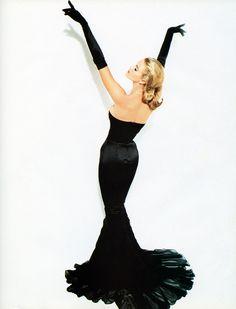 But in white/ivory Elle's Belle de Nuit Vogue Australia, March 1995 Photographer: Andrew Macpherson Model: Elle Macpherson Vintage Glamour, Glamour Hollywoodien, Mode Glamour, Old Hollywood Glamour, Old Hollywood Dress, Hollywood Party, Lady Like, Moda Vintage, Vintage Mode