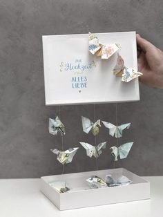 Schmetterlinge aus Geld falten We& show you how to fold a butterfly out of cash and make a wonderful money gift with it. Top Wedding Trends, Diy Wedding, Wedding Favors, Wedding Gifts, Diy Birthday, Birthday Gifts, Boite Explosive, Diy Cadeau Noel, Diy Pinterest