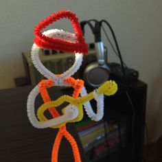 A ukulele player made of pipecleaners.