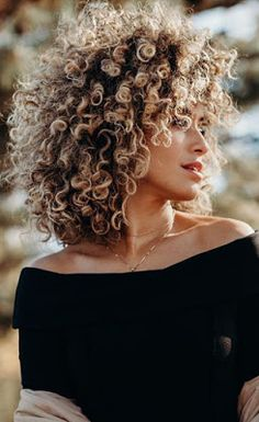 I am in love with this short curly hairstyle. I am in love with this short curly hairstyle. Blonde curls can look absolutely amazing! Blonde Curly Hair, Curly Hair With Bangs, Colored Curly Hair, Blonde Curls, Curly Hair Cuts, Short Curly Hair, Curly Wigs, Curly Pixie, Short Curls