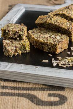 Mis je jouw dagelijks brood nu je Paleo eet? Geen probleem! Dit oerbrood biedt de oplossing. Heerlijk om een plak van te eten bij je (lunch)salade, of gewoon als tussendoortje natuurlijk. Hoewel ikzel