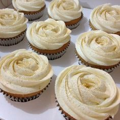 vanilla cupcakes with gold edible glitter for a jewerly party supplied By Divine Sugafixx White Wedding Cupcakes, Wedding Shower Cupcakes, Dessert Bar Wedding, Glitter Cupcakes, Fancy Cupcakes, White Cupcakes, Floral Wedding Cakes, Vanilla Cupcakes, Yummy Cupcakes