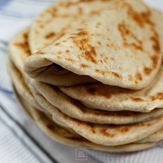 Greckie chlebki pita – miękkie i elastyczne, bez kieszonek Naan, Indian Food Recipes, Ethnic Recipes, Polish Recipes, Polish Food, Fast Healthy Meals, Chapati, Bread Cake, Pitta