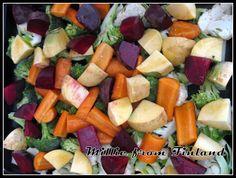 Itse paahdan juureksia pelkällä luomuoliiviöljyllä ja ruususuolalla höystettynä. Paahdan mm. porkkanaa, bataattia, naurista, juuriselleriä, palsternakkaa ja parsakaalia. Käyvät loistavasti esim. lohen kanssa!