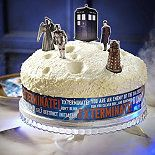 This cake decoration kit will make any cake into a Doctor Who birthday cake. It comes with a band for the side of the cake and 7 figures from the series. Doctor Who Birthday, Doctor Who Party, Dr Who Cake, Doctor Who Shop, Doctor Who Cakes, Sherlock Doctor Who, Cake Decorating Kits, Caking It Up, Party Cakes