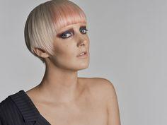 In einem früheren Beitrag über die Fujifilm GFX 50s habe ich ein Fashion-Shooting erwähnt, das ich zusammen mit Gilberte und Carina durchgeführt hatte. Nun ist der Wettbewerb beendet und ich darf die Resultate hier zeigen. Farbige Welten Beim Wettbewerb ging es darum, einem Model einen Style zu verpassen und so seine Handwerkskunst beim Haare-Schneiden und -Färben zu demonstrieren.   #Fotografie #Portraits #Schminken #Shooting #Studiofotografie #Stylen Fotografie Portraits, Carina, Models, Fashion Shoot, Blog, Hair Cut, Model, Fashion Models