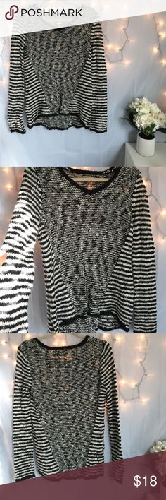 Super Cute Sweater In great condition Sweaters Crew & Scoop Necks