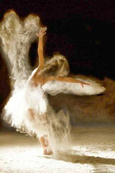 El silencio de la música  me ha tomado de la mano,  torbellino de palabras, me ha sumido, palabras sin sentido,  felicidad, tristeza,  amor, dolor,  todos convertidos a la música maravillosa,  fluye del alma, se libera  lugar radiante.  ¿Quién pudiera  permanecer allí?  Asari Foto Ludovic Florent
