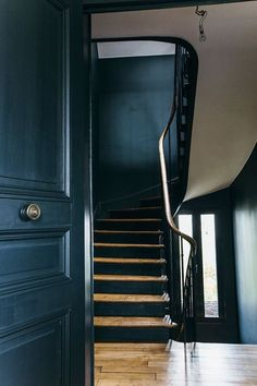 Nuances de bleu & style industriel (Frenchy Fancy) Blue walls and stairs mixed with wood and wooden floors. Really striking entrance hall. Home Design Decor, Home Decor, Dark Interiors, Colorful Interiors, Scandinavian Interiors, Georgian Interiors, Interior Stairs, Interior And Exterior, Interior Modern