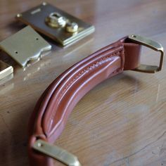Handle. #leather #leathercraft #wallet #bifold #bag #briefcase #handle #custom #style #gift #handmade #mildyhands