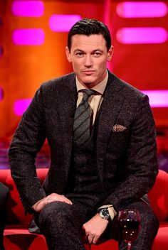 Luke Evans talks rugby and romance at Dracula Untold premiere\n - Wales Online