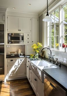 (via Farmhouse Touches | Farmhouse Inspired Living – Farmhouses – Home & Garden)