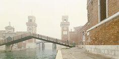 photo by Luigi Ghirri - Venezia–Ponte dell' Arsenale, 1986, betitelt, 23,3 x 47 cm