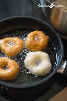 Sfenj, les beignets de mon enfance - Cuisinons En Couleurs, soak in honey or dust with sugar Donut Recipes, New Recipes, Donuts, Vegan Junk Food, Vegan Sushi, Vegan Baby, Vegan Pancakes, Ramadan Recipes, Vegan Smoothies
