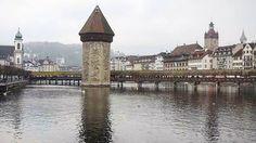 Ponte da Capela (Kapellbrücke) e a Torre d'Água sobre o Rio Reuss #lucerne #switzerland (Dez/13)  #suiça #reuss #travel #myswitzerland #eurotrip #trippics #triplookers #viagensincriveis #viagemcultural #falandodeviagem #meusroteirosdeviagem #missãovt #viagemeturismo #viagemestadao #viajeaqui #fantrip #blogueirosdeviagens #lonelyplanet #visitswitzerland #loucosporviagem #apaixonadosporviagens #europaviagens #alinomundo #demalaemochila #4cantosdomundo #destinoalgum #sobrelugares #prefiroviajar…