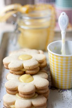 Lemon sugar cookies with lemon curd Lemon Biscotti, Biscotti Cookies, Galletas Cookies, Milk Cookies, Gluten Free Cookies, Gluten Free Desserts, Cookie Recipes, Dessert Recipes, Café Chocolate