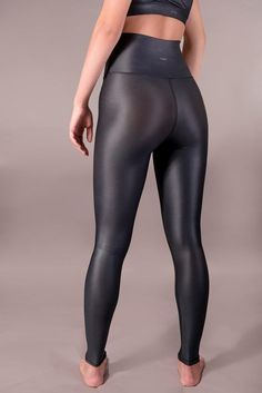 Introducing our luxury performance leggings. A glossy liquid finish creates a stylish leather-like look. Breathable and high-performance fabric offers extra comfort and sculpting support. Leggings Mode, Shiny Leggings, Faux Leather Leggings, Leather Pants, Lycra Leggings, Tight Leggings, Black Leggings, Legging Outfits, Leggings Fashion