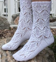 Ylläri, ylläri, täältäpä puikoilta pukkaa sukkaa vieläkin. Itse asiassa nämä valmistuivat jo reilu kuukausi sitten, mutta nuo pihahommat vie... Lace Socks, Crochet Socks, Knit Or Crochet, Knitting Socks, Mitten Gloves, Mittens, Fluffy Socks, Cool Socks, Beautiful Patterns