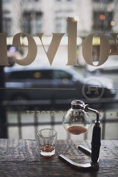 seberang jalan, dengan kopi