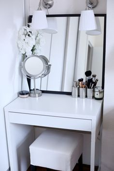 Inspiring Examples Of Makeup Dressing Tables For Small Spaces There's hope! Check out these inspiring examples of makeup dressing tables for small spaces!There's hope! Check out these inspiring examples of makeup dressing tables for small spaces! Makeup Dressing Table, Makeup Table Vanity, Vanity Room, Vanity Ideas, Mirror Ideas, Makeup Tables, Vanity Mirrors, Ikea Mirror, Table Mirror