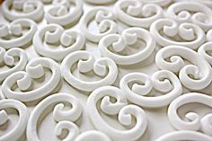 "white fondant ""calligraphy"" scrolls DIY tutorial for cakes"