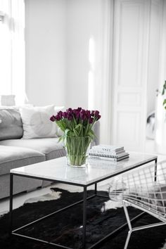 dramatic purple tulips in Dream White Scandinavian Home (decoholic) Interior Design Dubai, Modern Interior Design, Living Room Interior, Home Living Room, Interior Livingroom, Living Room Inspiration, Interior Inspiration, Minimal Decor, Scandinavian Interior