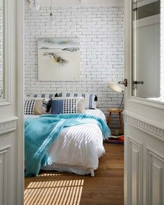 refresh your simple bedroom with a fake white brick wall, which is easy to recreate with panels Brick Wall Bedroom, White Brick Walls, White Bricks, Grey Brick, Appartement Design, Piece A Vivre, White Bedroom, Pretty Bedroom, Dream Bedroom