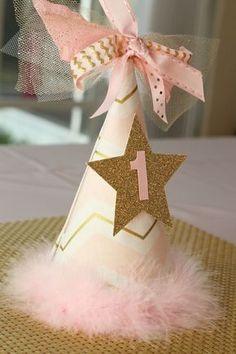 Siempre que pensamos en decoración para niñas se nos viene a la mente Minnie o algo con temas rosado / fucsia o hasta lo más usado ahora en...