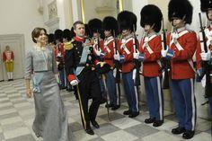 Ce matin, la reine et le prince consort se sont rendus en carosse doré du palais d'Amalienborg au château de Christiansborg afin de présenter ses voeux aux forces armées, aux représentants des organismes nationaux et de mécénat, aux barons, aux évêques, etc....   Le couple héritier était également présent