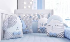 Kit Berço Amiguinhos | Grão de Gente Quilt Baby, Baby Patchwork Quilt, Baby Bedding Sets, Baby Pillows, Baby Boy Suit, Modern Office Decor, Baby Equipment, Baby Sewing Projects, Fabric Toys