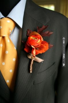 Autumn wedding boutonniere and tie. | VIA #WEDDINGPINS.NET