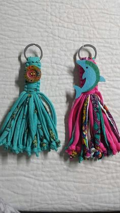 Claudiarte Diy Keychain, Tassel Keychain, Keychains, How To Make Tassels, Yarn Dolls, Weaving Textiles, Beaded Garland, Beaded Purses, T Shirt Yarn