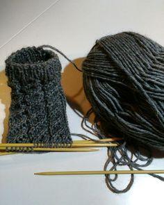 Sukkaa pukkaa epätasaisen tasaisesti. Pienen tytön (suur)perheen äiti, joka kirjoittelee arjen pienistä asioista. Crochet Chart, Diy Crochet, Marimekko, Chrochet, Diy Projects To Try, Knitting Socks, Knitting Patterns, Arts And Crafts, Dreadlocks