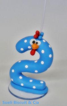 VELA DA GALINHA PINTADINHA , em cor azul com bolinhas branca ou vermelha com bolinhas branca , confecciono outras personagens também.
