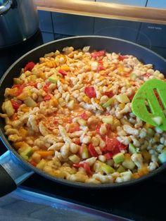 Gesunde Spätzle-Pfanne mit Paprika und Zucchini, ein leckeres Rezept mit Bild aus der Kategorie Vegetarisch. 16 Bewertungen: Ø 4,2. Tags: Dünsten, Gemüse, Hauptspeise, Nudeln, Vegetarisch Spatzle, Food Categories, Paella, Fried Rice, Zucchini, Fries, Veggies, Baking, Eat