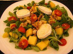 Ensalada de canónigos con queso de cabra, mango y nueces