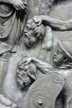 Soldados romanos llevando las cabezas de sus adversarios al emperador como trofeos,detalle de la  columna de Trajano Lion Sculpture, Africa, Statue, Roman Soldiers, Emperor, Art, Sculptures, Sculpture