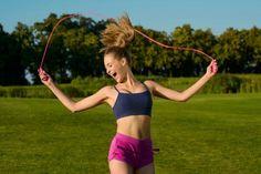 Pular corda emagrece, queima calorias e elimina a barriga esculpindo o corpo. Em apenas 30 minutos deste exercício é possível perder até 300 calorias e...