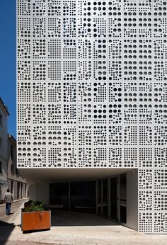 EXE Architecture - Spain La fachada ventilada se acaba con placas perforadas que…