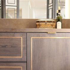 Messingdetail - home accessories - Dekor Labor Bathroom Inspiration, Interior Design Inspiration, Home Design, Home Luxury, Classic Kitchen, Kitchen Cabinet Doors, Cabinet Stain, Brass Kitchen, Shaker Kitchen