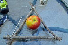 ... schauen dass der Apfel hineinpasst und auf dieser Höhe in den linken und rechten Zweig ein Loch bohren.
