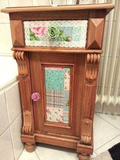 Das Schränkchen nach der Verwandlung. Ich habe es mit Stoff und meinen selbst gemachten Möbelknöpfen in Rosenoptik aufgepimpt.