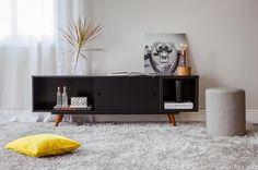 O rack faz toda a diferença na decoração já que pode ser utilizado tanto como apoio de TV quanto como uma espécie de estante onde é possível apoiar quadros colocar plantas entre outros objetos de decoração. Aproveite para criar a sua adaptação!  Produtos: - Puff Redondo Tissue Cinza; - Rack 1.6 Retrô 50 Preto;  #producaoMobly #Mobly #moblybr #casamobly #casa #decorating #decoracaodeinteriores #decorar #decor #producaoMobly #inspiracao #instahome #instadecor #instagood #homesweethome…