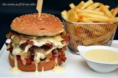 Burger with camembert, onions and grilled bacon Hamburger Sauce, Pumpkin Pasta Sauce, Loose Meat Sandwiches, How To Cook Burgers, Big Burgers, Bacon On The Grill, Bagel Recipe, Lard, Snack Recipes
