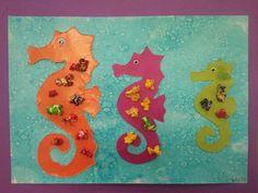 Cavallets de mar, decorats amb palomitas pintades de colors. El fons esta pintat amb aquarel.la liquida blava i a damunt s'hi tira sal per donar aquest afecta d'aigua.